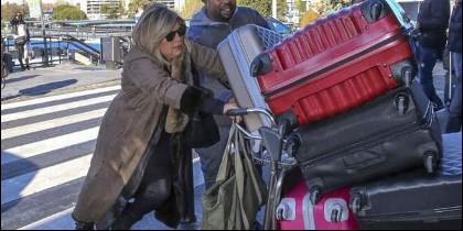 Terelu Campos empujando el carrito con sus maletas, en el aeropuerto.