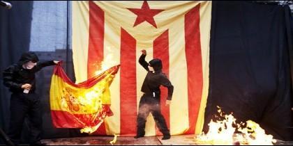 Independentistas quemando la bandera de España