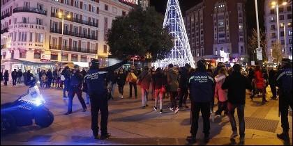 Policías municipales obligan a los peatones de Madrid a caminar en un solo sentido en Carmen y Preciados.