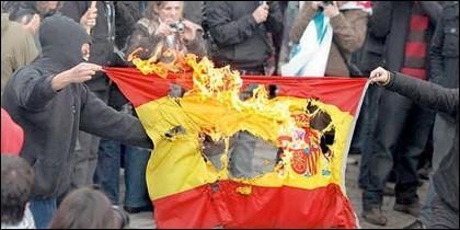 Quemando una bandera española