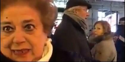 La señora obligada por la Policía Municipal de Madrid a dar la vuelta a la manzana en la zona de la Puerta del Sol.