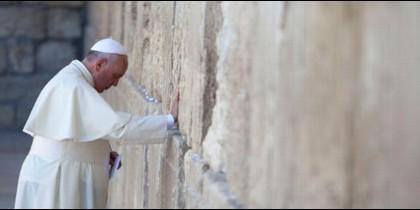 Francisco ora ante el Muro de las Lamentaciones