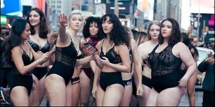 Modelos curvy colapsan Times Square de NY en contra de Victorias Secret.