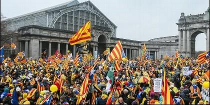 Manifestantes independentistas catalanes en la explanada del Parque del Cincuentenario de Bruselas.