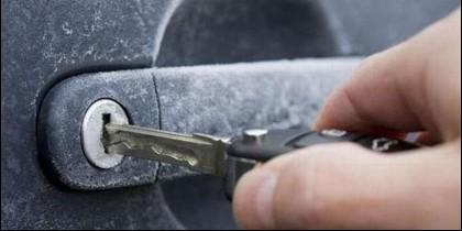 Para descongelar la cerradura del coche y que entre la llave.