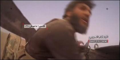 Un terrorista del ISIS, segundos antes de ser abatido.