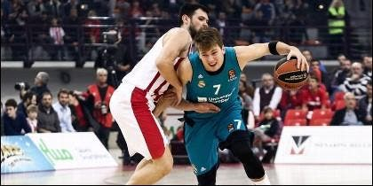 Papanikolaou intenta frenar a Luka Doncic.
