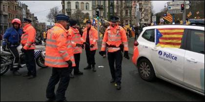 El coche de la policía belga decorado con la estelada.