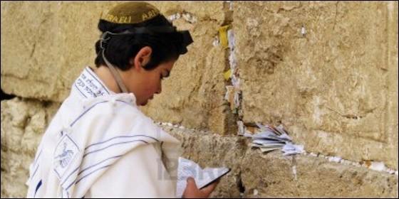 Un joven judío reza en el Muro de las Lamentaciones de Jerusalén.