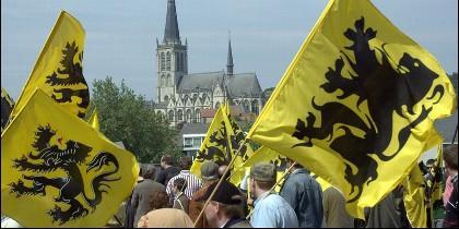 banderas de los separatistas belgas de la Nueva Alianza Flamenca.