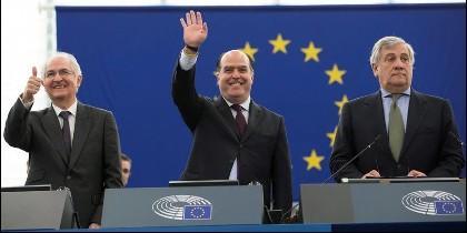 El presidente del Parlamento Europeo (PE), Antonio Tajani (d), junto al presidente de la Asamblea Nacional Venezolana, Julio Borges (c), y el exalcalde de la ciudad de Caracas Antonio Ledezma, recibiendo el premio Sájarov.