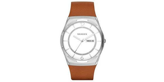 e382458dddfb Un reloj con dial en color blanco de cristal mineral y correa en charol  color chocolate. El material de la caja es de titanio y el diámetro de la  caja es de ...