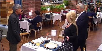 Ángel y Joaquina en 'First Dates', con Sobera.