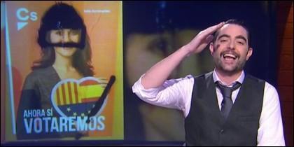 Dani Mateo con un cartel en eque se pinta a Inés Arrimadas como Hitler.