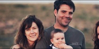 José Luis Iranzo junto a su mujer y su hijo.