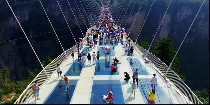 China: el puente de cristal más largo del mundo.