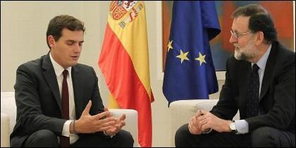 Mariano Rajoy recibe a Albert rivera en La Moncloa.