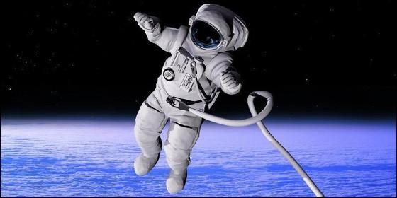 Un astronauta flotando en el espacio, fuera de la Estación Espacial Internacional.