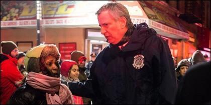 El alcalde de Nueva York, Bill de Blasio, con una de las víctimas del indencio del Bronx.
