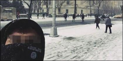 El selfie del terrorista islámico en la Quinta Avenida de Nueva York, frente al Museo Metropolitano de Arte.