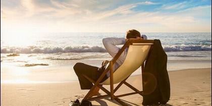 Un hombre descansando en la playa.