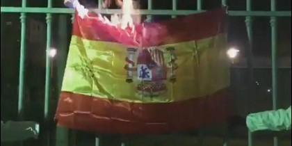 La bandera de España en llamas