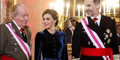 Juan Carlos I, la reina Letizia y el rey Felipe VI.