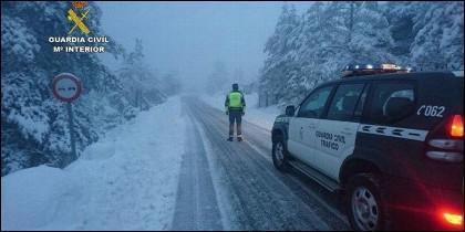 Guardia Civil de Tráfico en medio de la tormenta de nieve.