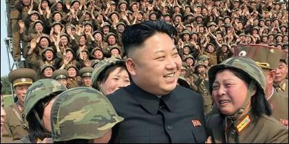 Kim Jong-un con mujeres soldado de Corea del Norte.