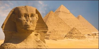 La Esfinge y las tres pirámides de Egipto.