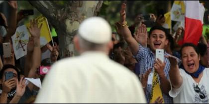 Chilenos dan la bienvenida al Papa, ayer en Santiago