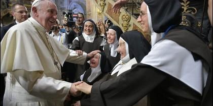 El Papa, con algunas religiosas