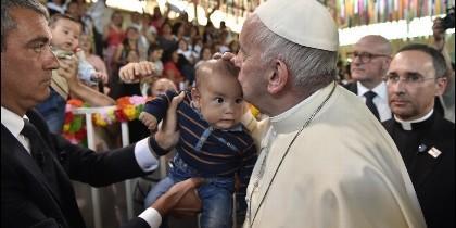 El Papa besa a un niño durante su visita a la cárcel en Chile