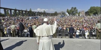 El Papa saluda a los jóvenes