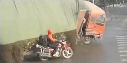 El motorista y el camión