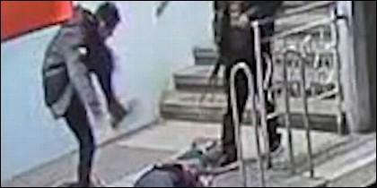La brutal agresión a un hombre en el Metro de Barcelona.