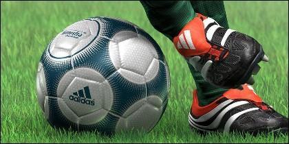 Futbol, balón, botas y publicidad.