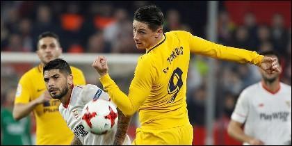 El centrocampista argentino del Sevilla Éver Banega pelea un balón con Fernando Torres, del Atlético de Madrid.