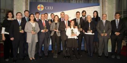 Foto de familia de los ganadores de los Premios Ángel Herrera