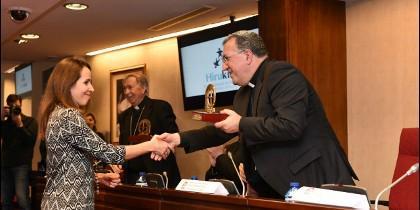 Natalia Diez Caballero recibe el Premio Bravo otorgado a Hirukide