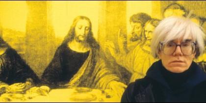 El artista Andy Warhol, frente a una obra suya de la Última Cena