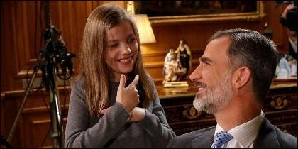 El Rey Felipe VI charla con su hija, la Princesa Sofía.