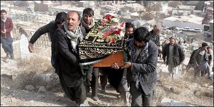 Enterrando víctimas de los atentados talibán en Afganistán.