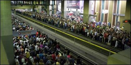 Venezolanos esperando el transporte colectivo.