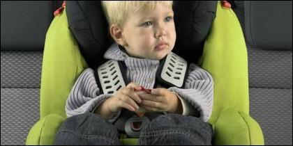 Niño en sillita de coche