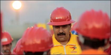 El tirano Nicolás Maduro con trabajadores de PDVSA.