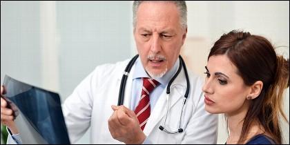 Médico realizando un diagnóstico