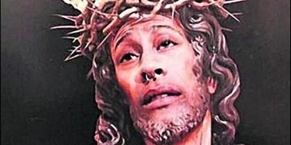 El joven, caracterizado como el Cristo de la Amargura