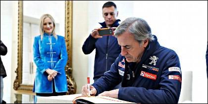 El piloto Carlos Sainz, ganador del Dakar 2018 junto a su copiloto Lucas Cruz (c), con Cristina Cifuentes.