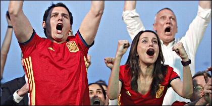 Albert Rivera e Inés Arrimadas celebrando con militantes de Ciudadanos el triunfo de la Selección Española.